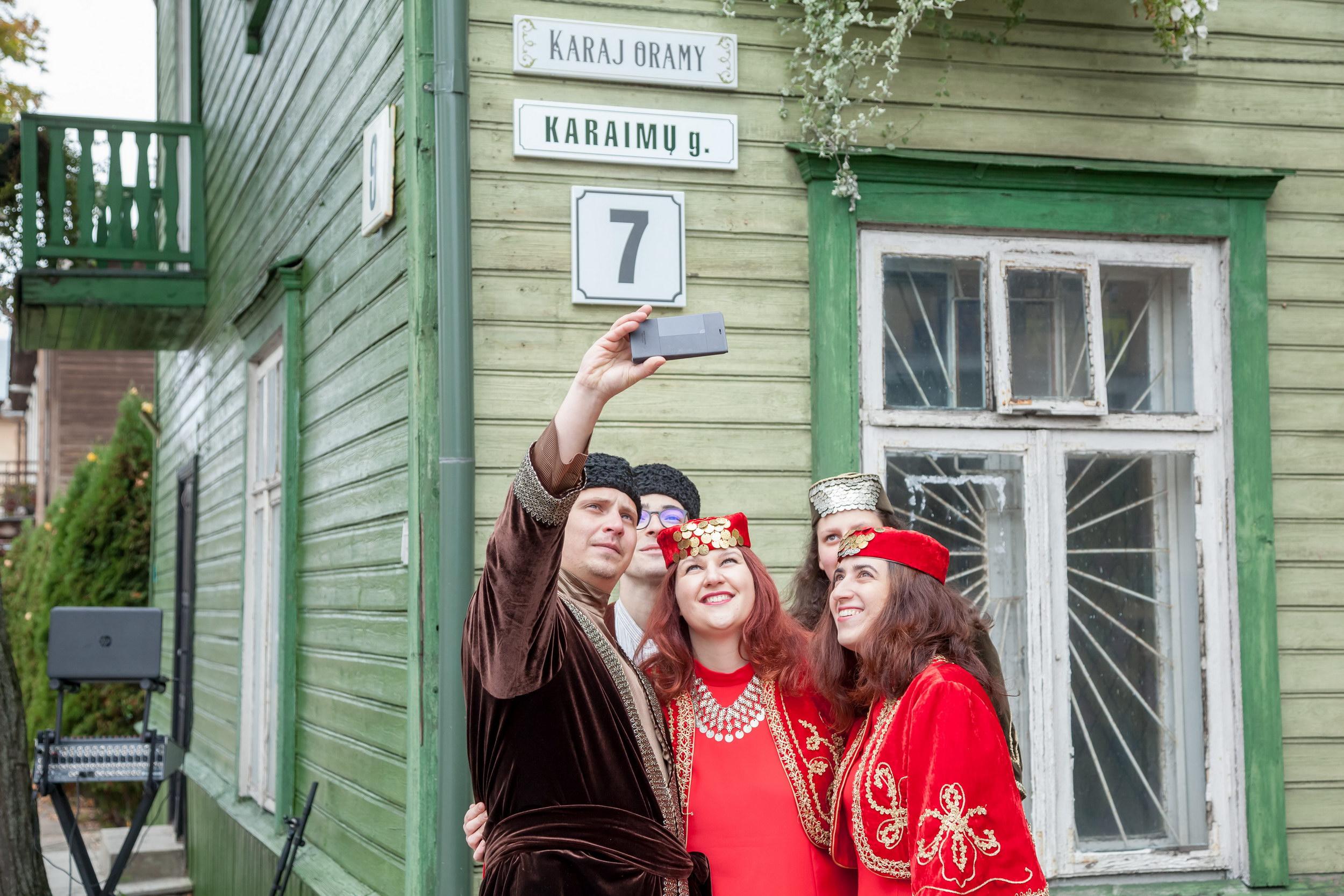 Młodzież karaimska w tradycyjnych strojach nie omieszkała zrobić sobie selfie na Karaj oramy.