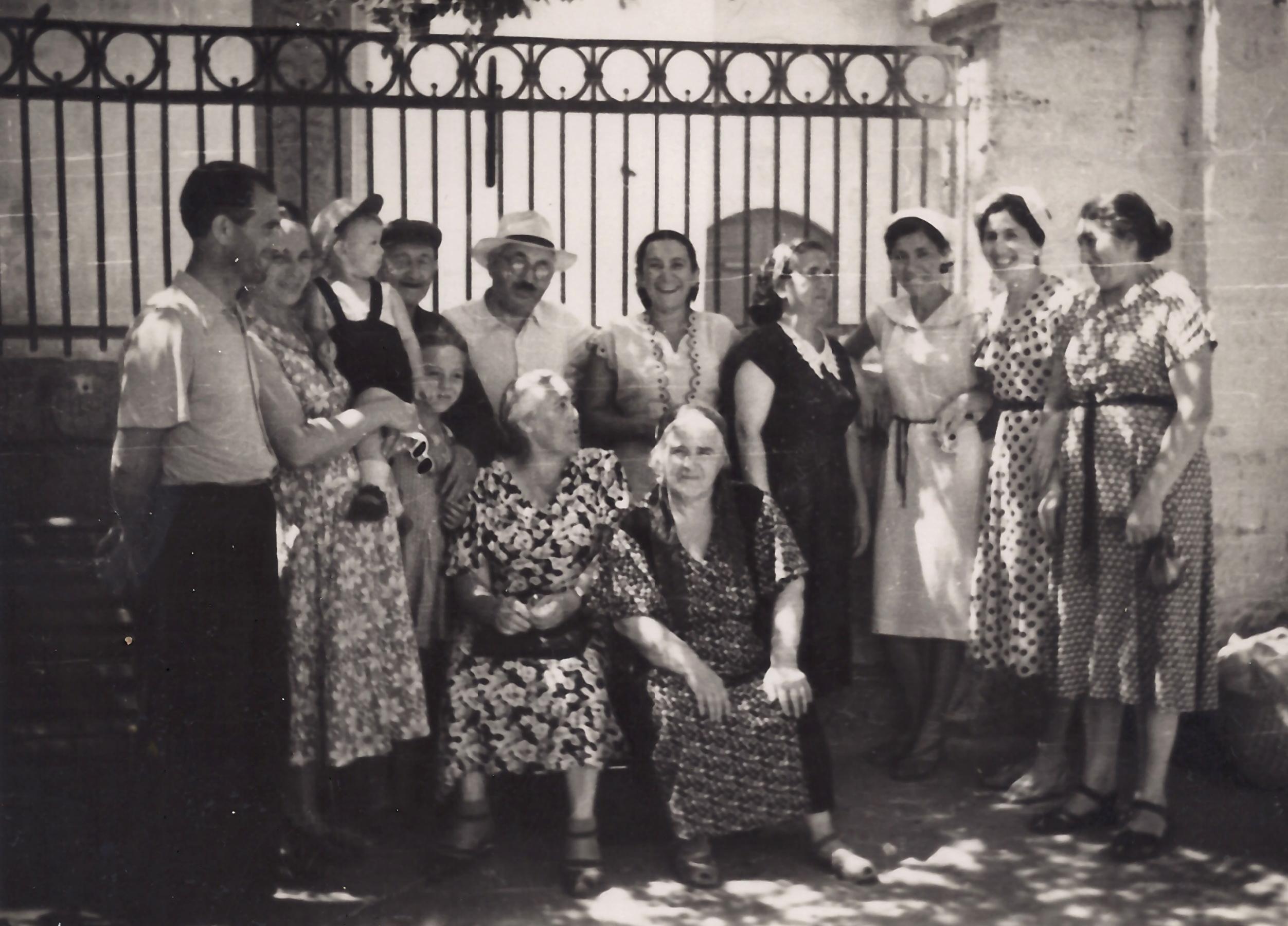 Anna Bałdży (siedzi po lewej) z członkami rodzin Mangubi i Szpakowskich oraz gośćmi z Trok: Anną i Zofią Juchniewiczównami (2. i 3. z prawej). Eupatoria, lata 60 XX w.