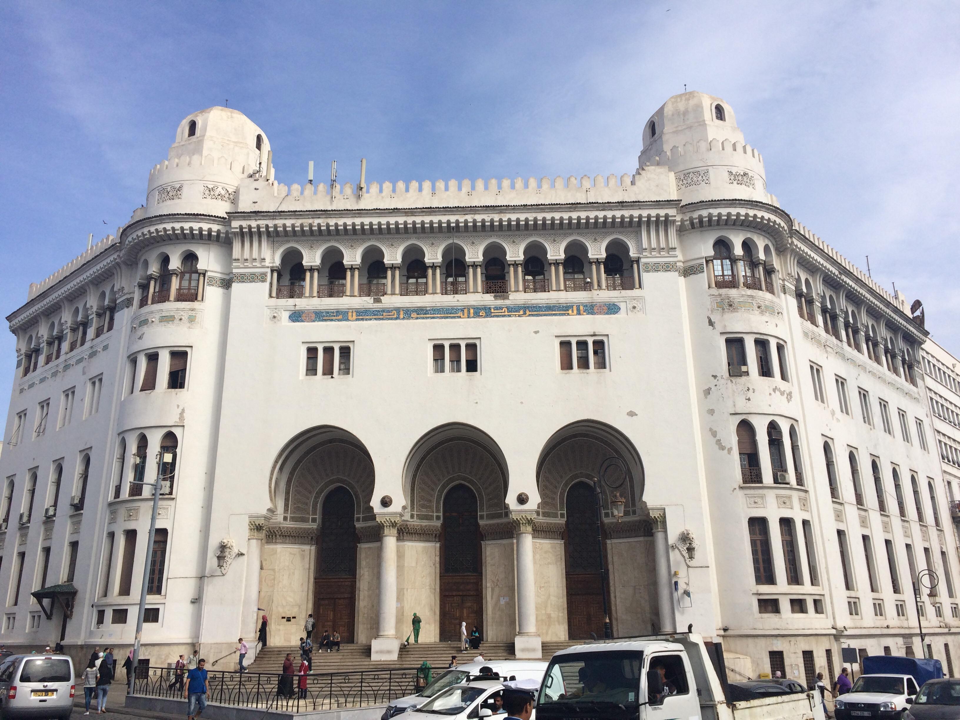 W Algierze białe są domy i siedziby urzędów, jak ten budynek poczty głównej.